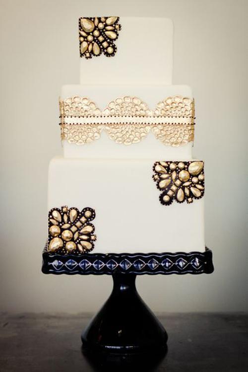 gold metallic details on wedding cake