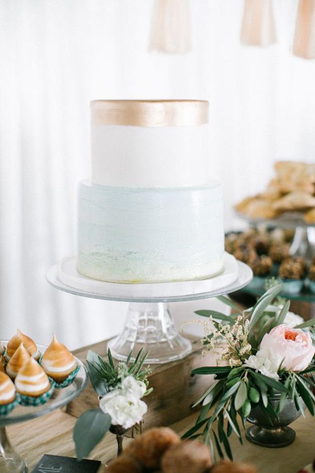 hint of brushed gold wedding cake