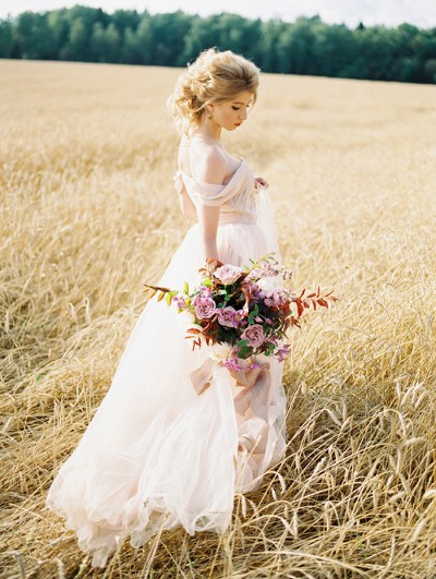 fabmood-comoff-the-shoulder-blush-wedding-gown-autumn-wedding-inspiration-shoot-kovchegin-ru